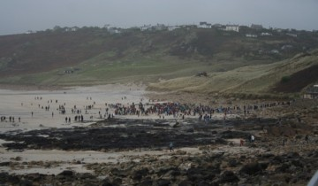 Crowds gathering for the swim 2015 www.thecornishway.co.uk